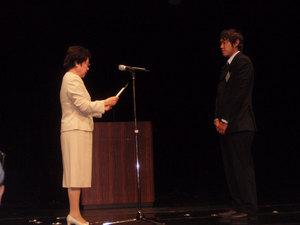 トヨタ財団 遠山理事長から贈呈書授与